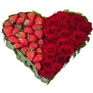 Heart of roses with strawberries - flowers and bouquets on flora.od.ua