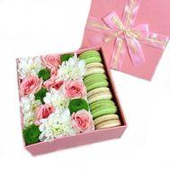 Цветы в коробке и Macarons - цветы и букеты на flora.od.ua
