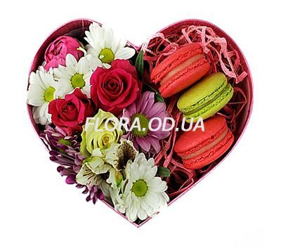 """""""Flowers and Macarons"""" in the online flower shop flora.od.ua"""